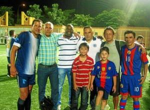El reconocido arquero Óscar Córdoba jugó para el equipo del colegio Panamericano. Aquí con algunos de los delegados de los equipos.