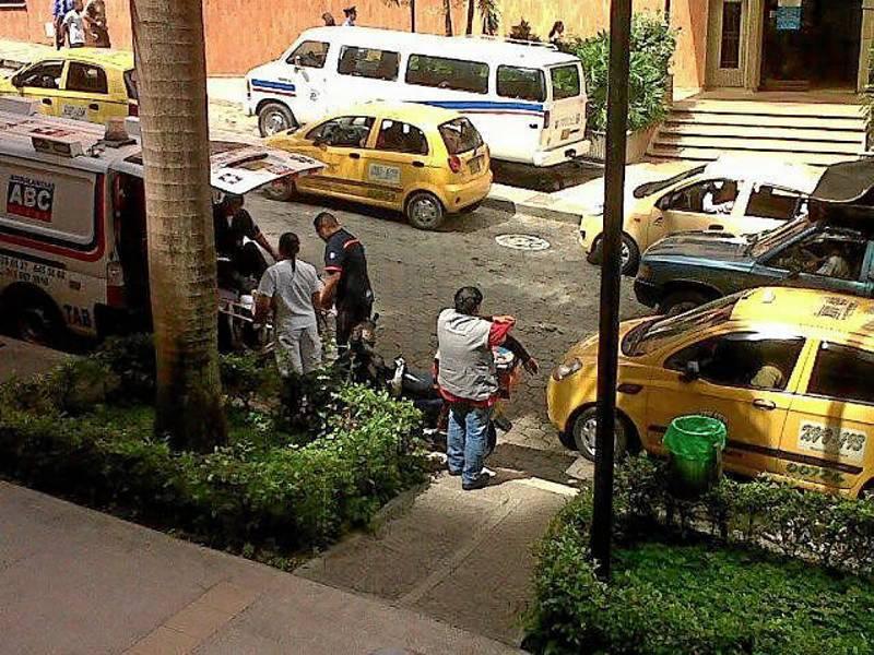 """""""Mensajero y taxista impiden entrada de paciente de la ambulancia en la cardiovascular... Tránsito no hace nada""""."""
