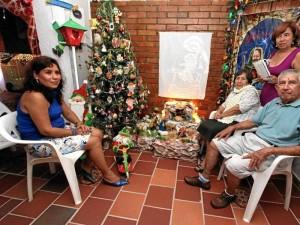 """José Apolinar Rodríguez y su esposa María Eugenia Rosillo posan junto a su """"hija peluda"""", Barbie."""