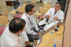 En los escenarios de práctica los asistentes tuvieron la oportunidad de interactuar con los equipos diagnósticos y quirúrgicos que hoy marcan el estado del arte de los proce-dimientos oftalmológicos a nivel mundial.