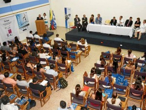 El Curso Internacional de Oftalmología es un espacio reconocido a nivel latinoamerica-no como una de las mejores oportunidades para la formación y actualización de los re-sidentes y oftalmólogos con un alto estándar académico y científico, en escenarios tec-nológicos que conforman el estado del arte en esta especialidad.