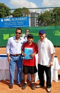 El organizador del torneo Wilson Achury y el rector de New Cambridge School, Telmo Peña, entregan al ganador la beca en la academia Bollettieri.