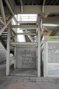 """""""Lo de las escaleras que conducen al Panamericano, de Metrolínea, inicialmente se había dicho que no harían rampa de acceso porque iban a poner un ascensor. Ahí dejaron el espacio y nunca lo terminaron. Nosotros somos un grupo de la tercera edad y tenemos que subir y bajar 36 escalones todos los días, porque nos parecen tantos que los hemos contado""""."""