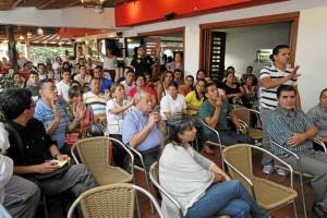 En las instalaciones del restaurante El Tony se congregó la comunidad de la llamada zona W, para plantearle al alcalde sus inquietudes.