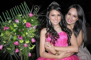 La quinceañera junto a su hermana Viviana Cortés López.