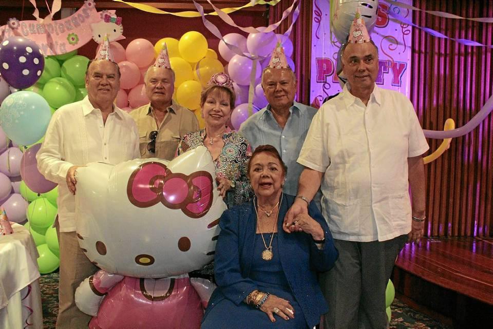 Gloria Pinto de Serrano junto a sus hijos, William Serrano Pinto, Armando Serrano Pinto, Luz Estela Serrano Pinto, Ernesto Serrano Pinto y Jaime Serrano Pinto.