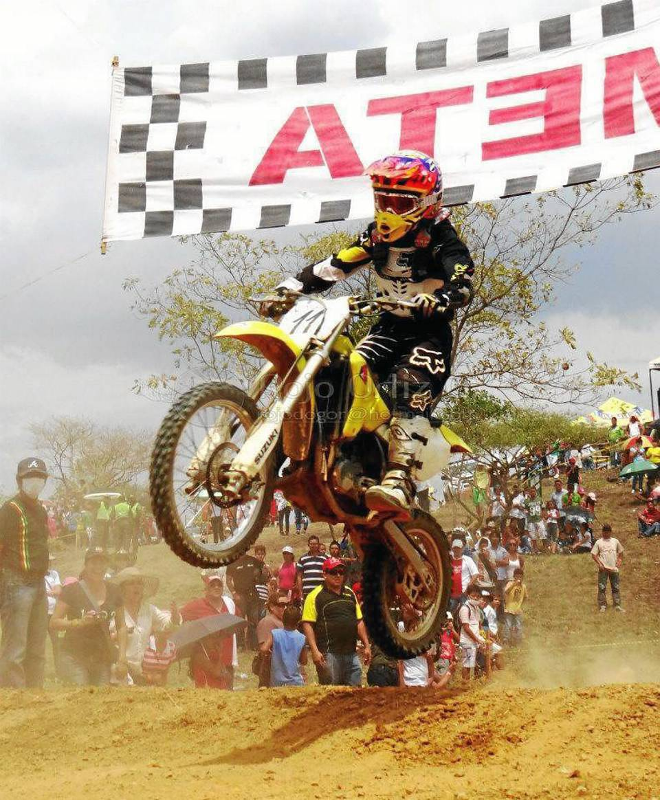 Manuel Felipe Díaz Rojas durante la pasada válida de motocross en San Gil en la que ocupó el primer puesto en su categoría y acumuló puntos para el gran campeonato departamental.
