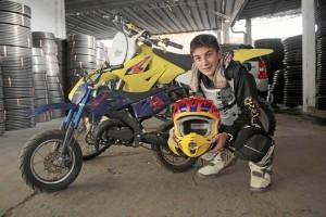 En la fotografía se aprecia la moto con la que Manuel empezó su carrera en el motocross (azul). La moto grande de color amarillo es con la que compite actualmente.