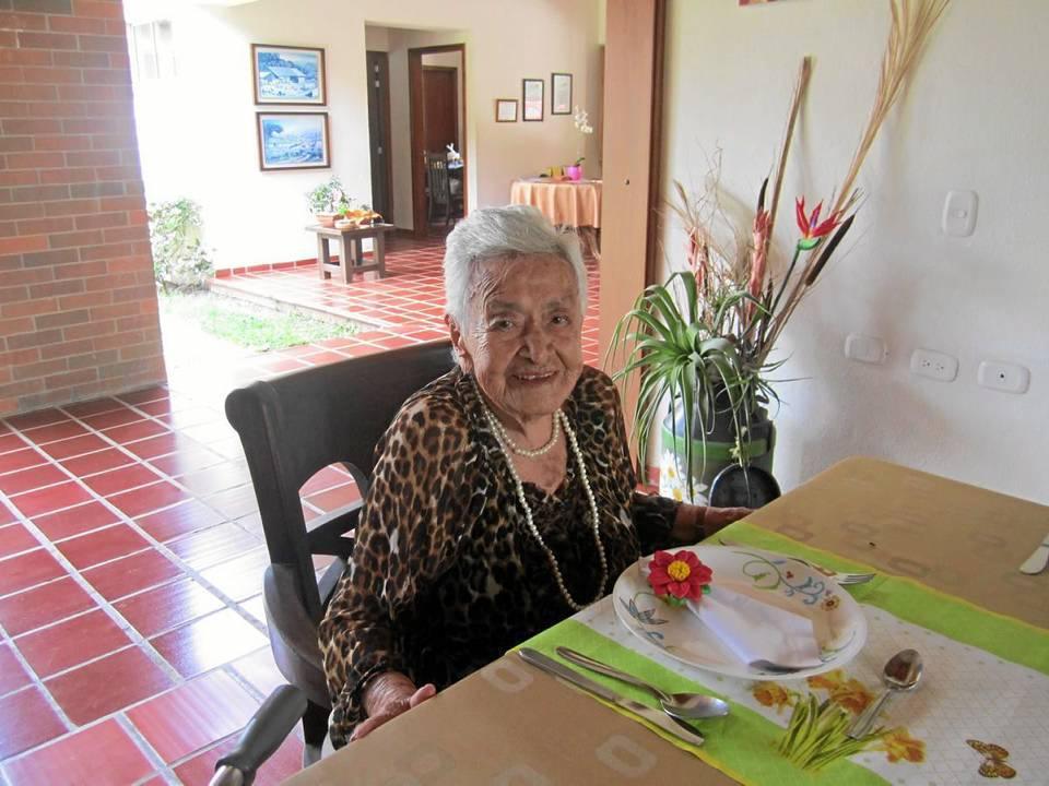 """""""Ella dice que solo tiene 80 años pero cuando desea que se le satisfaga algún capricho menciona que si no se compadecen de una anciana de mas de 100 años""""."""
