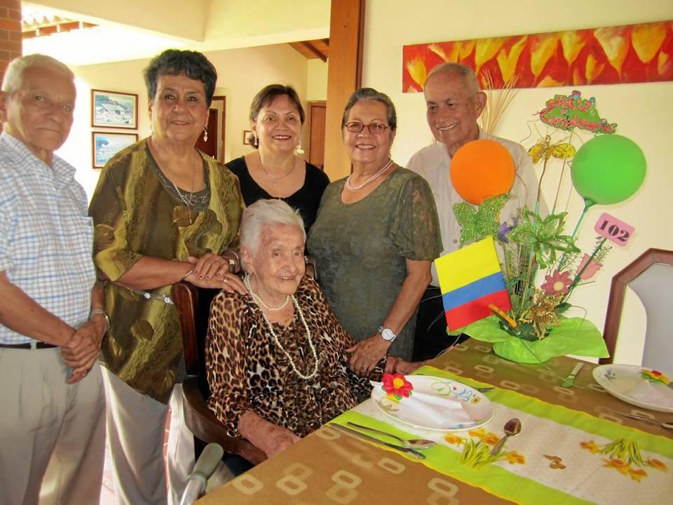 Su familia en Bucaramanga está conformada por su hermano José, sus sobrinas y algunos primos. En la foto la acompañan Benjamín Suárez, NohoraRodríguez de Suárez, María Candelaria Rodríguez, Mary de Rodríguez y Benjamín Rodríguez.