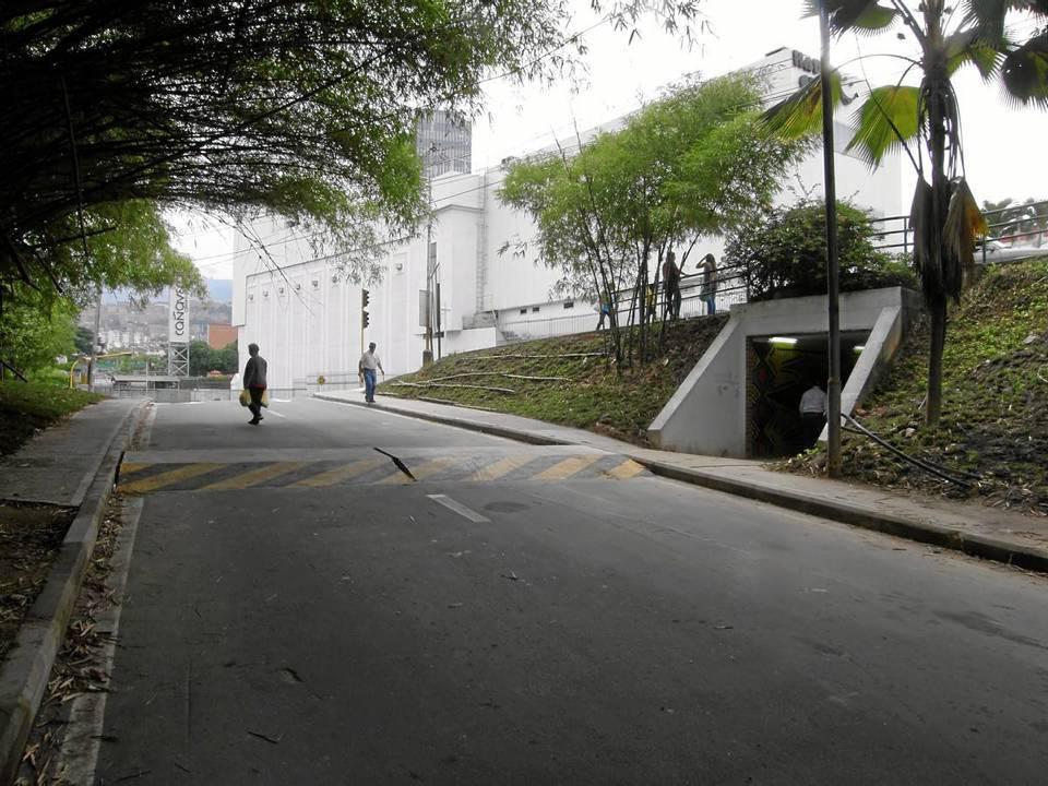Evitar que todo el tráfico vehicular de los conjuntos ubicados en el sector del Club House ocupen las vías aledañas al centro comercial y al parque La Pera, es el objetivo del nuevo trayecto.