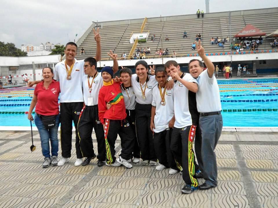 El grupo de campeones del Club Deportivo David durante el selectivo para nacionales de Cali y algunos de sus orgullosos padres de familia.