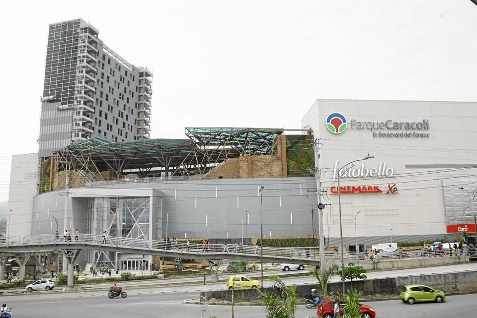 El centro comercial cuenta con un acceso principal sobre la autopista en el sentido sur norte y una puerta lateral que da a la calle que colinda con Telebucaramanga.