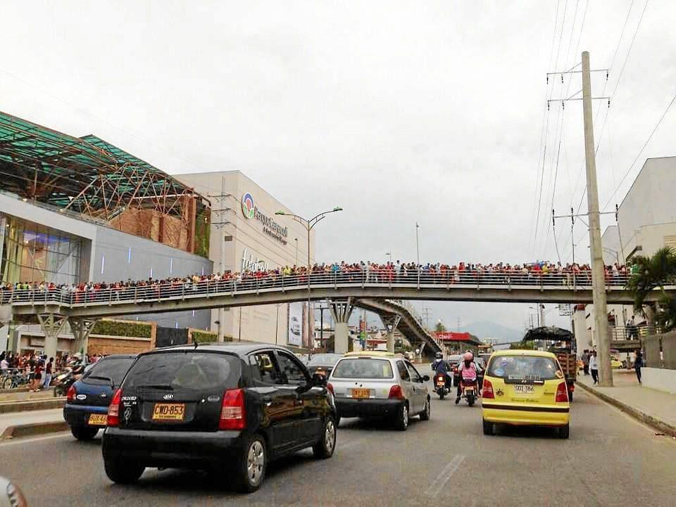 El puente peatonal que desemboca en ese costado de la autopista jamás se había visto tan transitado.
