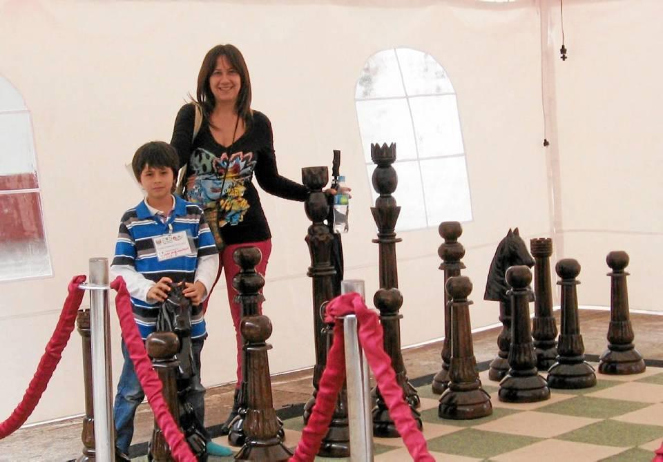 Juan David posa junto a su mamá en un enorme ajedrez.