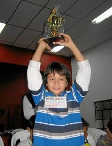 Este es uno de los galardones que ha recibido el pequeño ajedrecista en su carrera. Suministrada