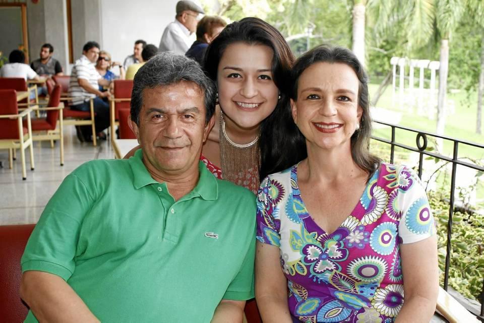 Hernando Medina, Silvia Meneses y Silvia Medina Meneses.