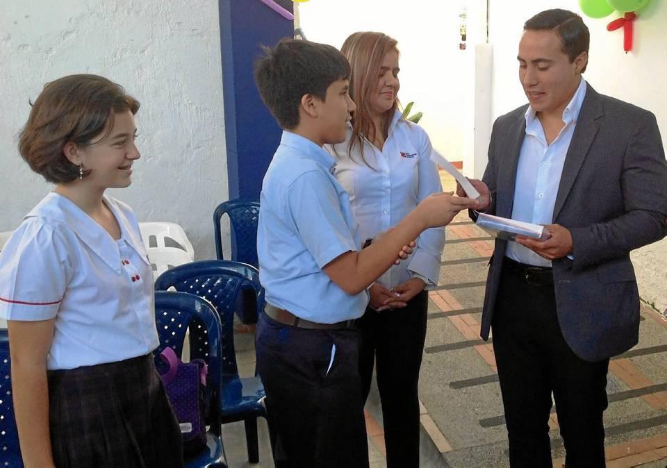 Durante un evento con miembros de la comunidad discapacitada de Santander los estudiantes, en compañía de la profesora Rocío y algunos padres de familia, abordaron al gobernador Richard Aguilar e hicieron que se vinculara con el proyecto.