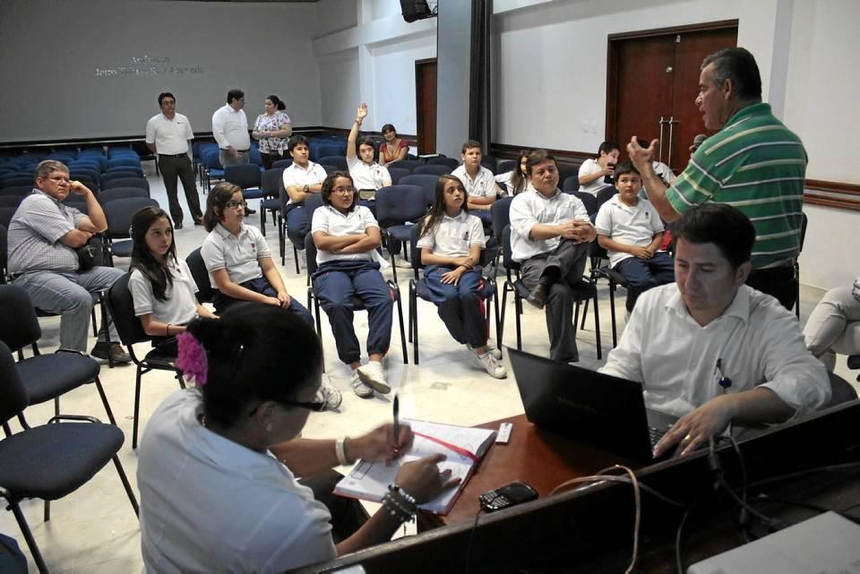 El grupo completo mientras recibía la visita de los arquitectos enviados por el alcalde para recoger las ideas de los jóvenes durante el pasado martes.