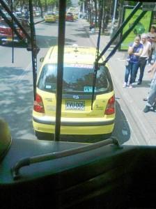 Un taxista desprevenido estaciona su vehículo en plena carrera 33 frente a la clínica Bucaramanga para esperar quien requiera de sus servicios.