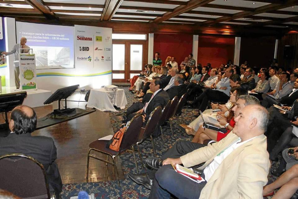 Con la presencia de expertos en movilidad y desarrollo urbano, así como representantes del gobierno nacional y local, se cumplió el foro en el Club Campestre.