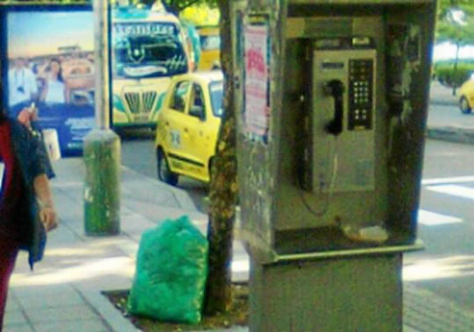 """""""Caminé hacia el sur en dirección a Davivienda y tomé la segunda foto detrás de la cabina telefónica. El bus que estaba detrás tendría que hacer la misma maniobra. Hora: 7:28 a.m."""""""