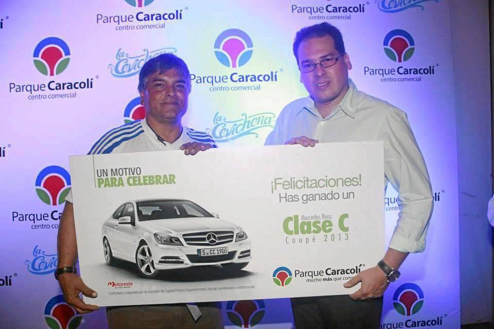 El ganador del Mercedes Benz, Ómar Sánchez junto al gerente del centro comercial Parque Caracolí, José Ignacio de Castro.