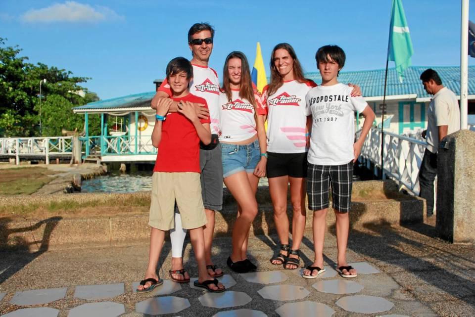 La familia de triatletas. Sofía junto a su esposo húngaro JanosKapitany y sus tres pequeños quienes también entrenan triatlón: Manuela Kapitany, Federico Kapitany y Esteban Kapitany.
