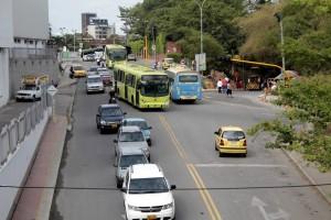 Desde el punto en que conecta la paralela El Bosque con esta calle, la 29, los vehículos podrán girar a la izquierda y la derecha pero el sentido en que transita el taxi de la fotografía quedará abolido.  - Javier Gutiérrez / GENTE DE CAÑAVERAL
