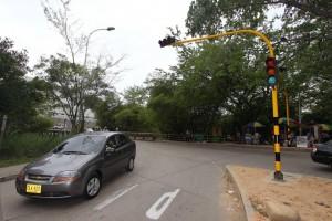 Este semáforo será el encargado de dar paso a los vehículos que vienen de Molinos hacia la oreja que los conectará con la autopista en el sentido norte - sur y hacia Cañaveral. - Mauricio Betancourt / GENTE DE CAÑAVERAL