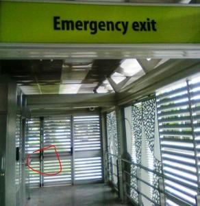 """""""En caso de emergencia esta puerta no tendría ninguna utilidad pues está cerrada con un candado y nadie sabe dónde está la llave"""". - Suministrada / GENTE DE CAÑAVERAL"""