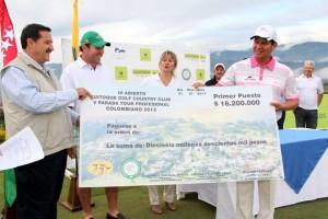 Con un espectacular juego, Álvaro Pinedo se llevó la victoria en el 3er Abierto de Golf Ruitoque y el premio en efectivo. Pinedo, que logró su primera celebración en el país desde el Abierto de Jaraguay en noviembre de 2011, se convirtió así en el cuarto jugador campeón en la historia del nuevo tour. - Suministrada / GENTE DE CAÑAVERAL