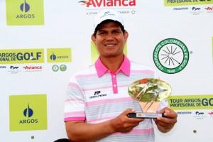 Álvaro Pinedo del club Campestre de Neiva sostiene el trofeo que lo acredita como vencedor del III Abierto de Golf de Ruitoque. - Suministrada / GENTE DE CAÑAVERAL