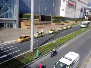 """""""Esta foto fue tomada un día entre semana. Los fines de semana la situación es mucho más evidente ya que los taxis obstruyen la entrada de quienes se dirigen al centro comercial"""". - Imagen suministrada / GENTE DE CAÑAVERAL"""