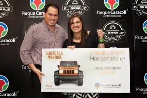 El gerente del centro comercial Parque Caracolí, José Ignacio de Castro, le entrega el premio a la feliz ganadora, Martha Trujillo. - Imagen suministrada / GENTE DE CAÑAVERAL