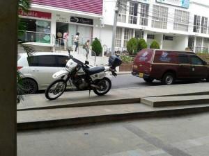 Cabe resaltar que los vehículos estacionados sobre la vía también estaban invadiendo espacio público pues en este lugar está prohibido parquear.  - Imagen suministrada / GENTE DE CAÑAVERAL