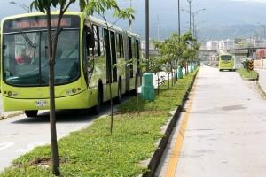 Muy llenos están pasando los buses articulados por la autopista lo que obliga a que muchos pasajeros se queden sin poder viajar.  - Imagen de archivo / GENTE DE CAÑAVERAL