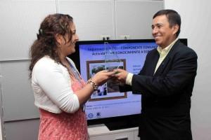La placa de vidrio fue entregada en Cajasan frente a sus excompañeros, la comunidad del colegio y su familia.  - Mauricio Betancourt / GENTE DE CAÑAVERAL