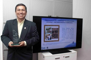 En la UIS, Alfonso recibió un diploma de manos de la vicerrectora Académica, Aydé Perea.  - Mauricio Betancourt / GENTE DE CAÑAVERAL