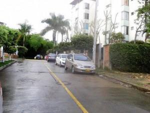 Con los vehículos estacionados en un carril se merma la capacidad de la vía. - Imagen Suministrada /GENTE DE CAÑAVERAL