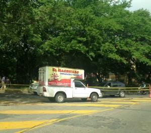 Este es el camión que fue captado por el lector, quien asegura que dura algunas horas estacionado sobre la cebra.  - Imagen  suministrada / GENTE DE CAÑAVERAL