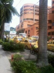 Los conductores piden la presencia de las autoridades de tránsito frente a las clínicas. - Imagen Suministarda / GENTE DE CAÑAVERAL