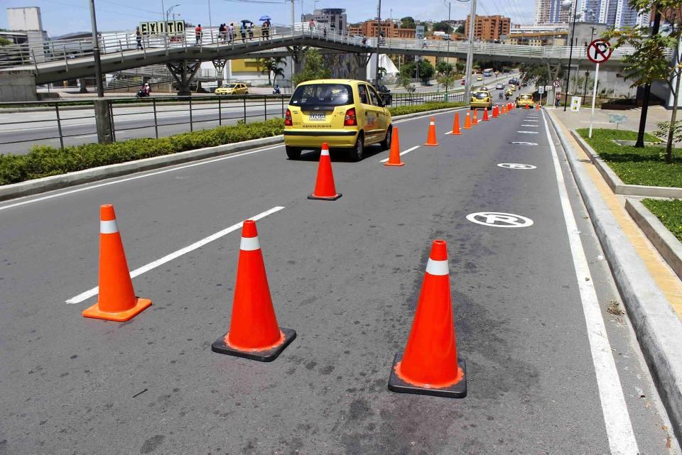 Con conos se busca evitar el estacionamiento permanente de taxis en la zona adyacente al centro comercial