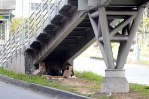 Un habitante de calle encontró debajo del puente de la estación de Molinos un improvisado hogar.  - Javier Gutiérrez/GENTE DE CAÑAVERAL