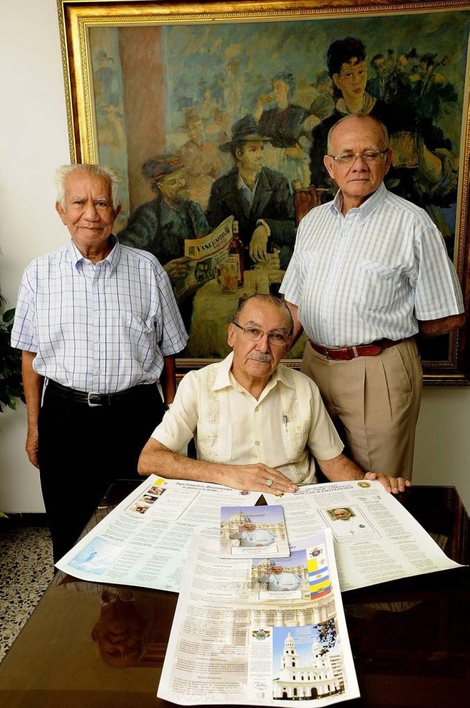 Este grupo de poetas locales le escribieron un libro al Papa Francisco. (foto Hernando Galeano)