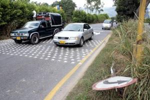 En teoría los conductores deben reducir la velocidad a 20 kilómetros por hora mientras pasan por estos estoperoles. - Javier Gutiérrez /GENTE DE CAÑAVERAL