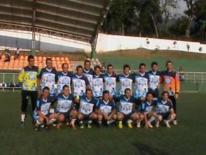 Arriba el equipo campeón: colegio Panamericano. En la foto inferior el plantel del Saucará. - Suministrada / GENTE DE CAÑAVERAL