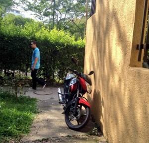 Hace varios días esta moto permanece estacionada en esta zona peatonal. - Imegen suministrada/GENTE DE CAÑAVERAL