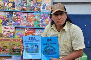 Guillermo vende libros en la calle y a la vez escribe textos, especialmente para niños. - Didier Niño/GENTE DE CAÑAVERAL