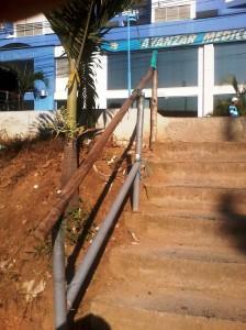 Esta es la escalera que está amarrada con palos y plástico.  - Imagen suministrada/GENTE DE CAÑAVERAL